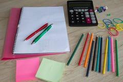 Büroartikel, Geschäftszubehör mit Farbbleistiften und Notizbuch auf Tabelle Lizenzfreies Stockbild