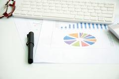 Büroartikel, Laptop und Dokument Lizenzfreie Stockbilder