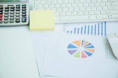Büroartikel, Laptop und Dokument auf einer weißen Funktionstabelle Stockfoto