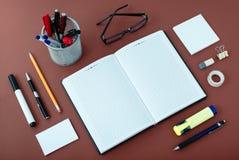 Büroartikel vereinbart um Notizbuch auf Schreibtisch Lizenzfreie Stockfotos