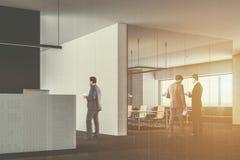 Büroaufenthaltsraum-Aufnahmeschreibtisch, Konferenzzimmer getont Stockfotografie