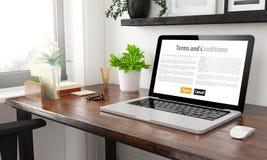 Bürobedingungen -des Laptops zu Hause stockbilder