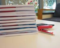 Bürobericht und Büroeinrichtung lizenzfreie stockfotografie