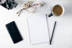 Bürobriefpapier, Telefon, Notizbuch, Kaffee und pensil, Verfasser stockfotos