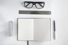 Bürobriefpapier und -notizbuch für das Schreiben des Textes Stockbilder