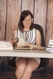 Bürobuch-Glaslächeln der Frau weißes Kleider stockfoto
