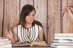 Bürobuchgläser der Frau halten weiße Kleiderdas c$schauen stockbild
