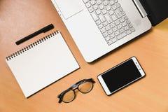 Bürocomputernotizbuch lwith Smartphone und Notizbuch auf lizenzfreies stockfoto