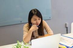 Bürodame, die den Bleistift, E-Mail lesend hält lizenzfreies stockbild