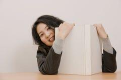 Bürodame, die ein Buch anhält stockbilder