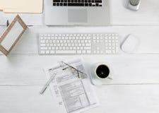 Bürodesktop mit Finanzsteuerformularen Lizenzfreies Stockbild
