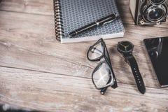 Bürodesktop mit persönlichen Einzelteilen Lizenzfreie Stockfotos