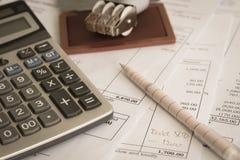 Bürodokument mit Stempel, Stift und Taschenrechner Stockfotos