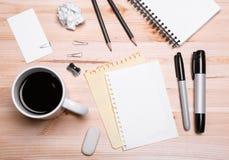 Büroeinrichtung mit Kaffee Lizenzfreies Stockfoto