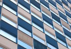 Bürofassade mit Kräuselungen in Blauem und in weißem Stockfotos