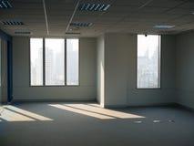 Bürofenster, leerer Arbeitsplatz Lizenzfreie Stockfotografie