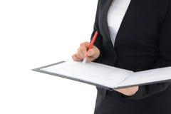 Bürofrau, die einen Bericht lokalisiert auf weißem Hintergrund hält Stockfoto
