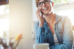 Bürofrau, die mit jemand am Telefon spricht Lizenzfreie Stockfotografie