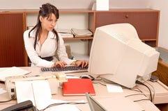 Bürofrau im Büro Stockbilder