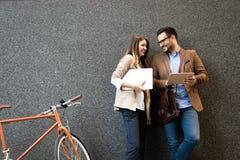 Bürofrau mit Geschäftsmannpaaren Bruch bei der Unterhaltung des Flirts genießend im Freien lizenzfreies stockbild