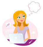Bürofrau mit Laptop träumend über etwas Lizenzfreie Stockfotografie