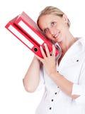 Bürofrau mit roten Faltblättern. lizenzfreies stockbild