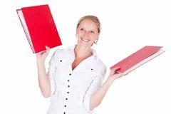 Bürofrau mit roten Faltblättern. stockbild