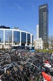 Bürogebäude Aegon und Fahrradhalle der Station Stockfoto