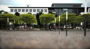 Bürogebäude in einem Grünstreifen stockfotos