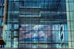 Bürogebäude mit einem Gewitter Stockfotos