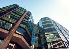 Bürogebäude-nahes hohes Stockfotografie