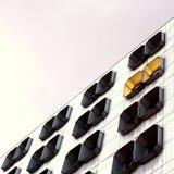 Bürogebäude und aufschlussreiche Fenster Stockbilder