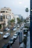 Bürogebäude und Straße vom regnerischen Fenster Stockfotos
