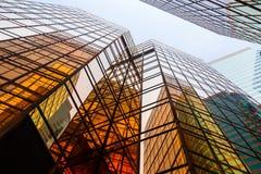 Bürogebäude vom niedrigen Winkel stockbilder