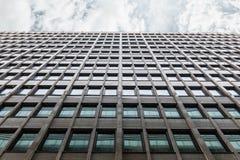 Bürogebäude von unten nach oben geschossen lizenzfreies stockbild