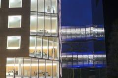 Bürogebäudedetailnachtaufnahme Stockfoto