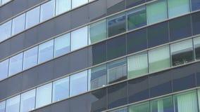 Bürogebäudefenster, Außenansicht, verschiebend stock video footage