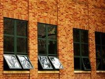 Bürogebäudefenster, die Himmel reflektieren Lizenzfreie Stockbilder