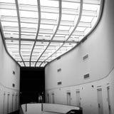 Bürogebäudekorridore Stockfotos