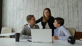 Bürogeschäftskonzept Team Arbeit Junge Geschäftsfrau umarmt ihre Kollegen und Dank für gutes Job und Ziel achivement stock video
