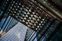 Büroglasgebäude in der Zusammenfassung Stockfotos