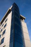 Bürohaus über blauem Himmel Lizenzfreies Stockbild