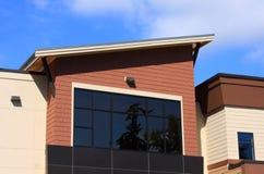 Bürohaus-Architektur mit blauem Himmel Stockfotografie