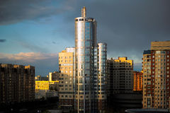 Bürohaus auf dem Riverbank Lizenzfreie Stockfotos