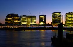 Bürohaus auf der Querneigung von Themse-Fluss Lizenzfreies Stockfoto