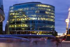 Bürohaus an der Dämmerung Lizenzfreies Stockfoto
