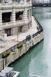 Bürohaus durch Fluss Stockbild