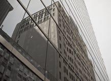 Bürohaus in einer Reflexion lizenzfreie stockbilder