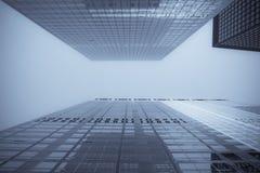 Bürohaus in einer Reflexion lizenzfreies stockbild