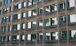 Bürohaus-Fensterreflexion lizenzfreies stockbild